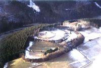Die Schwalenburg - gut zu erkennen sind die drei Wallringe und der Eingang in den mittleren Ring (Helmut Kesper-Langen)